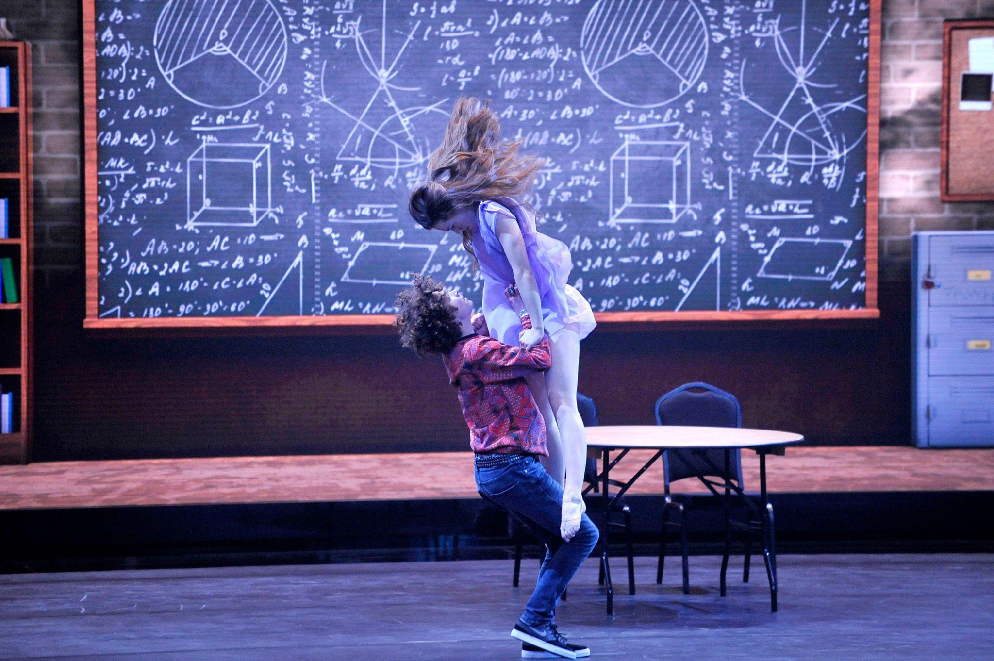 Jong danspaar uit Almelo stijgt naar grote hoogte.