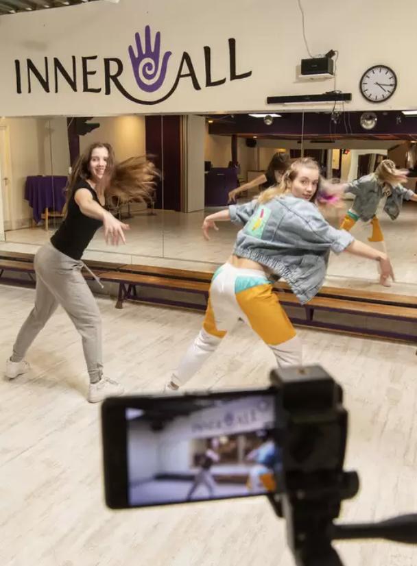 Deze dans- en muziekschool uit Almelo danst, speelt en spettert door, maar dan alleen online