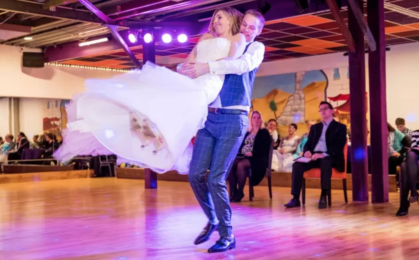 Goud voor bruidspaar na luchtgitaarsolo op NK Wedding Dance Almelo